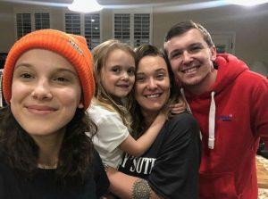En esta foto podemos ver a Millie Bobby Brown y sus hermanos sonrientes en casa disfrutando del tiempo en familia